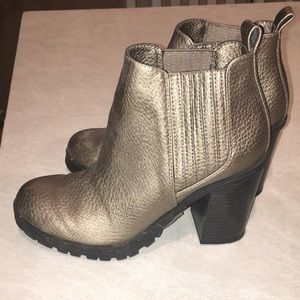 Sam and Libby metallic ankle bootie size 6